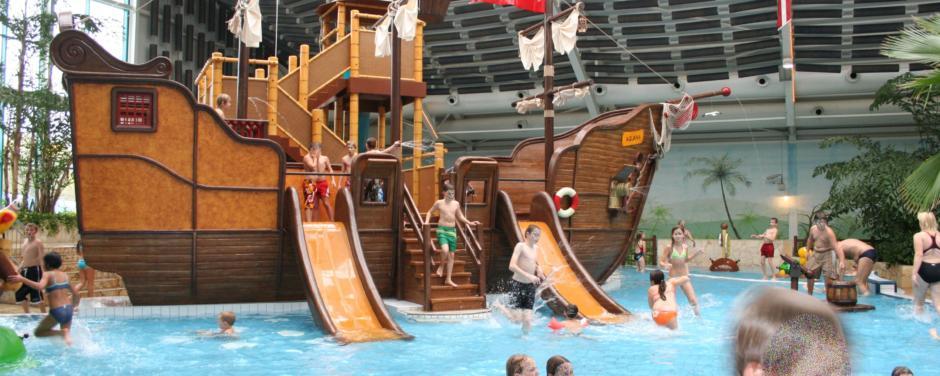 Piratenschiff im Kinderbecken des Aquana Sauna und Freizeitbades in Würselen in der Nähe vom JUFA Hotel Jülich. Der Ort für erholsamen Familienurlaub und einen unvergesslichen Winter- und Wanderurlaub.