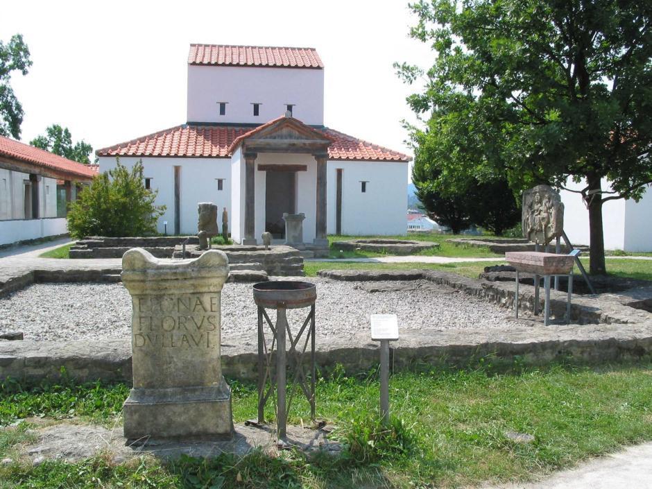 Archäologischer Park Cambodunum im Allgäu in Bayern von außen im Sommer in der Nähe vom JUFA Kempten - Familien-Resort. Der Ort für kinderfreundlichen und erlebnisreichen Urlaub für die ganze Familie.