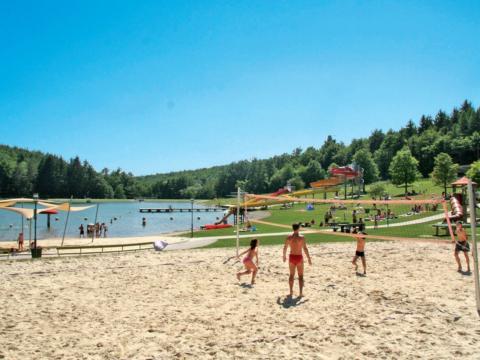 Badesee Ritzing in Kärnten mit Beachvolleyballplatz. JUFA Hotels bietet tollen Sommerurlaub an schönen Seen für die ganze Familie.