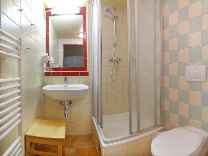 Badezimmer im JUFA Hotel Eisenerz Almerlebnis mit Dusche