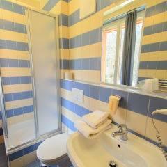 Badezimmer mit Dusche im JUFA Hotel Mariazell Sigmundsberg. Der Ort für erholsamen Familienurlaub und einen unvergesslichen Winter- und Wanderurlaub.