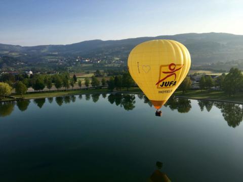 JUFA Heissluftballon in Stubenbergsee in der Steiermark in der Nöhe vom JUFA Hotel Stubenbergsee. Der Ort für tollen Sommerurlaub an schönen Seen für die ganze Familie.
