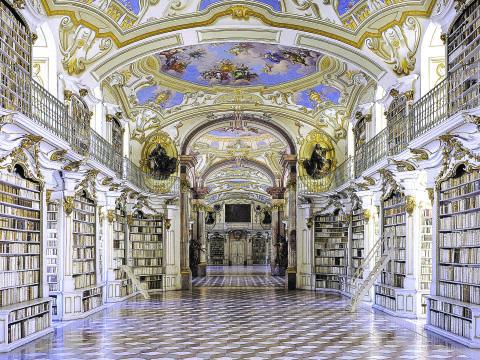 Benediktinerstift Admont mit Bibliothek im Nationalpark Gesäuse in der Steiermark in der Nähe von JUFA Hotels. Der Ort für erholsamen Familienurlaub und einen unvergesslichen Winter- und Wanderurlaub.