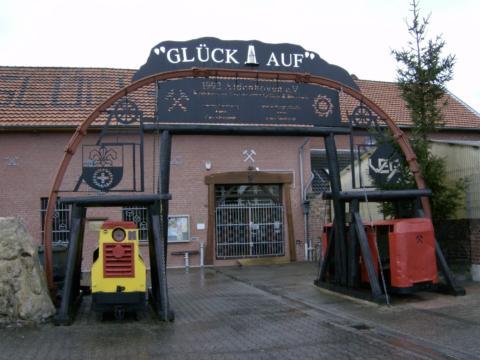 Sie sehen den Eingang zum Bergbaumuseum Aldenhoven. JUFA Hotels bieten erholsamen Familienurlaub und einen unvergesslichen Winter- und Wanderurlaub