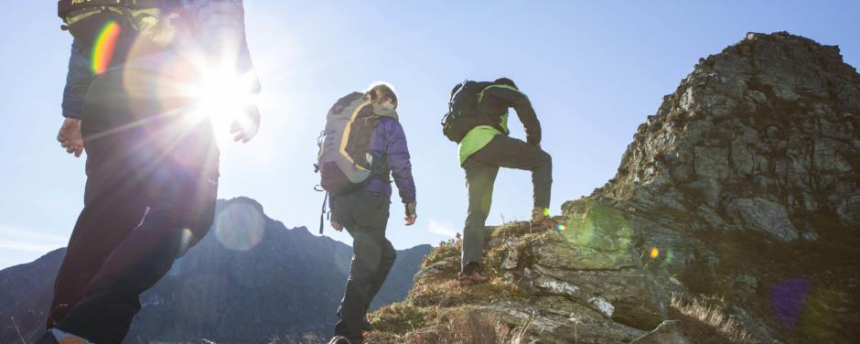 Bergsteiger im Bergparadis Montafon und Silvretta im Sommer. JUFA Hotels bietet erholsamen Familienurlaub und einen unvergesslichen Winter- und Wanderurlaub.