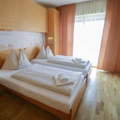 Bett im Doppelzimmer plus im JUFA Hotel Salzburg City mit Fenster. Der Ort für erlebnisreichen Städtetrip für die ganze Familie und der ideale Platz für Ihr Seminar.