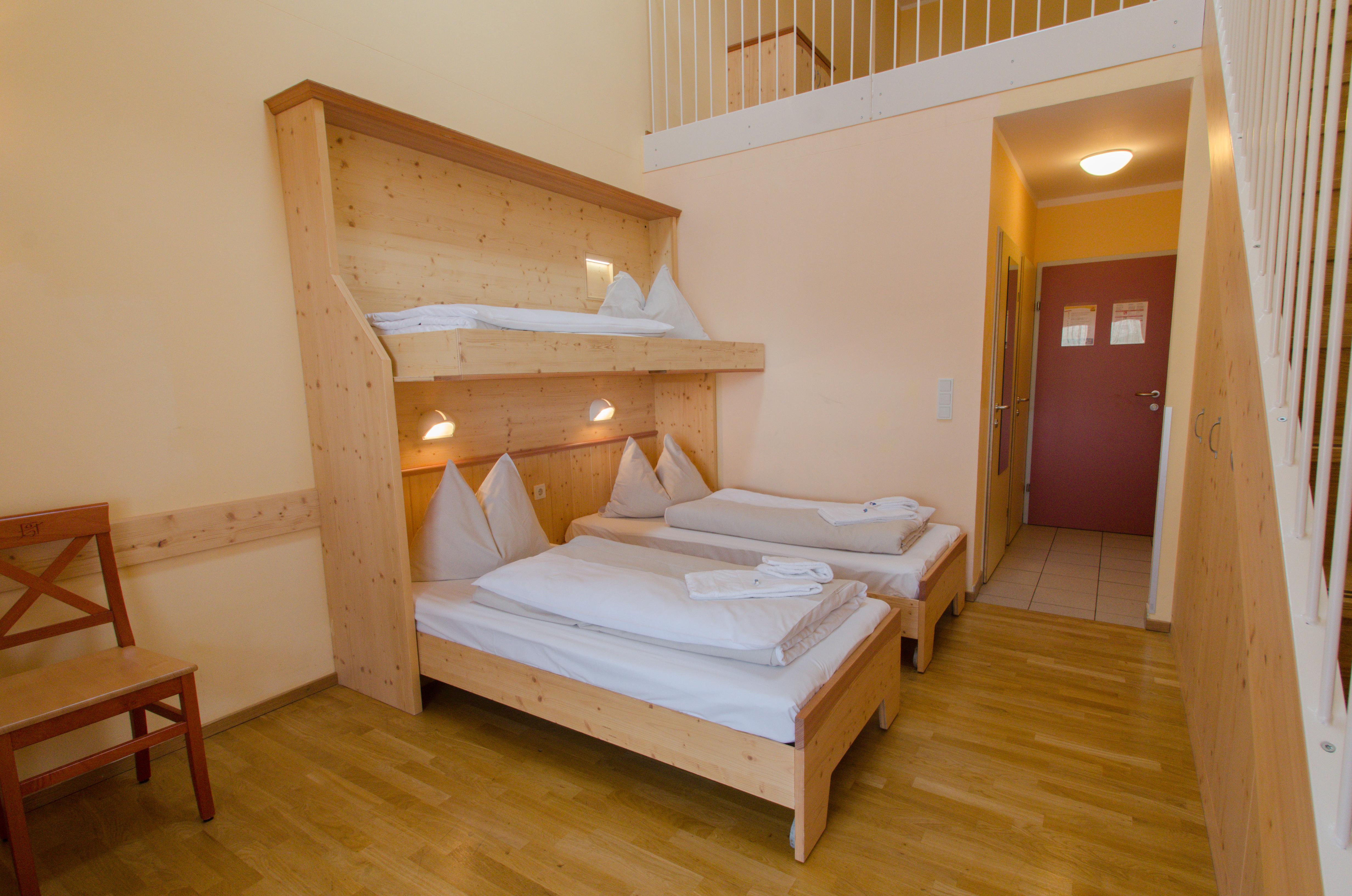 Betten im Galeriezimmer xxxlarge im JUFA Hotel Gitschtal Landerlebnis mit Galerie. Der Ort für kinderfreundlichen und erlebnisreichen Urlaub für die ganze Familie.