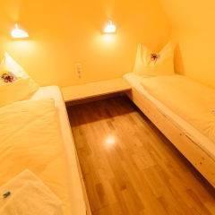 Betten im Galeriezimmer large und xlarge im JUFA Hotel Grundlsee mit Bettleuchten. Der Ort für erholsamen Familienurlaub und einen unvergesslichen Winter- und Wanderurlaub.