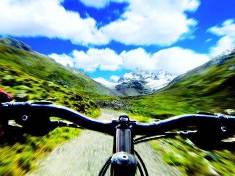 Biken im Montafon in Vorarlberg im Sommer in der Nähe vom JUFA Hotel Montafon. Der Ort für erholsamen Familienurlaub und einen unvergesslichen Winter- und Wanderurlaub.