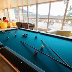 Billardtisch in der Lobby mit Blick auf Terrasse im JUFA Hotel Bleiburg - Sport-Resort. Der Ort für erholsamen Familienurlaub und einen unvergesslichen Winter- und Wanderurlaub.
