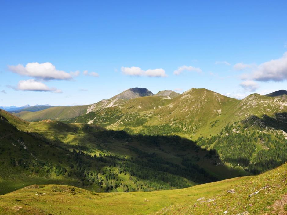 Panoramablick in den Biosphärenpark Nockberge in Kärnten. JUFA Hotels bietet Ihnen den Ort für erlebnisreichen Natururlaub für die ganze Familie.