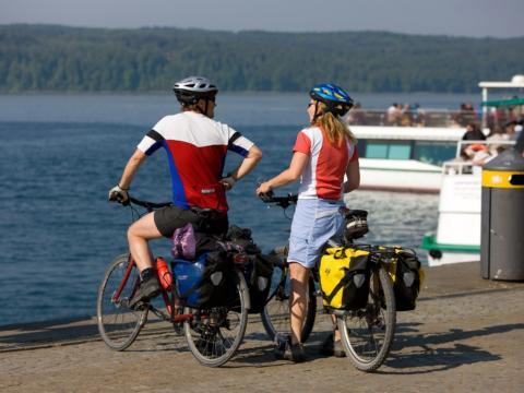 Radfahrer am Bodensee Radweg im Sommer in der Nähe von JUFA Hotels. Der Ort für tollen Sommerurlaub an schönen Seen für die ganze Familie.
