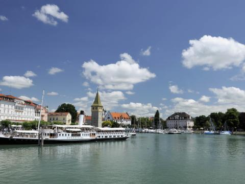 Schiff der Bodenseeschifffahrt am Anlegesteg in der Nähe von JUFA Hotels. Der Ort für tollen Sommerurlaub an schönen Seen für die ganze Familie.
