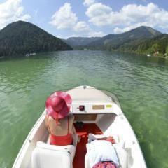 Bootfahren auf dem Erlaufsee im Mariazellerland in der Nähe vom JUFA Mariazell - Erlaufsee Sport-Resort. Der Ort für tollen Sommerurlaub an schönen Seen für die ganze Familie.
