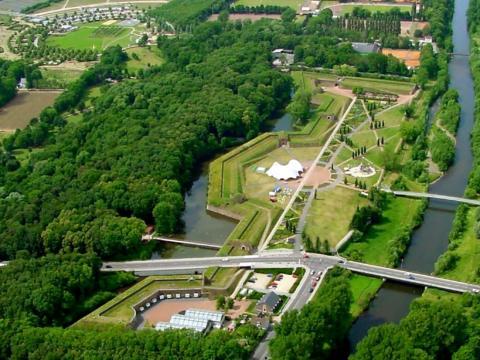 Luftaufnahme vom Brückenkopf-Park Jülich in der Nähe vom JUFA Hotel Jülich. Der Ort für erholsamen Familienurlaub und einen unvergesslichen Winter- und Wanderurlaub.