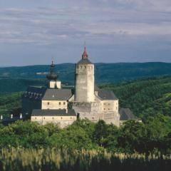 Burg Forchtenstein in der Nähe vom JUFA Hotel Neutal - Landerlebnis. Der Ort für erlebnisreichen Natururlaub für die ganze Familie.