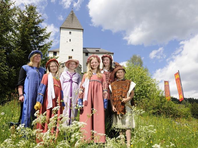 Verkleidete Teens als mittelalterliche Burgfräulein vor der Burg Mauterndorf in der Nähe vom JUFA Hotel Lungau