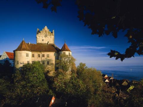 Burg Meersburg bei abendlicher Stimmung in Baden-Württemberg in der Nähe vom JUFA Hotel Meersburg. Der Ort für tollen Sommerurlaub an schönen Seen für die ganze Familie.