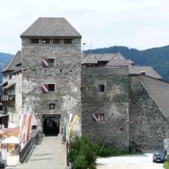 Aussenansicht der Burg Oberkarpfenberg in der Steiermark in der Nähe von JUFA Hotels. Der Ort für erholsamen Familienurlaub und einen unvergesslichen Winter- und Wanderurlaub.