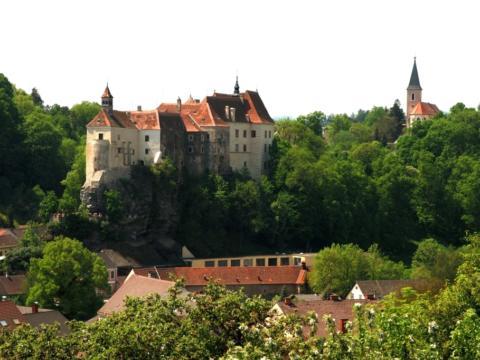 Sie sehen eine Ansicht der Burg Raabs im Waldviertel. JUFA Hotels bieten erholsamen Familienurlaub und einen unvergesslichen Winter- und Wanderurlaub