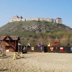 Burg Sümeg mit Ritterspielen in Ungarn. JUFA Hotels bieten erholsamen Familienurlaub und einen unvergesslichen Winter- und Wanderurlaub.