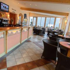 Gemütliches Café und Hotelbar im JUFA Hotel Altaussee. Der Ort für erholsamen Familienurlaub und einen unvergesslichen Winter- und Wanderurlaub.