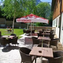 Gemütliches Café mit Sonnenterrasse im JUFA Hotel Bad Aussee. Der Ort für erholsamen Familienurlaub und einen unvergesslichen Winter- und Wanderurlaub.