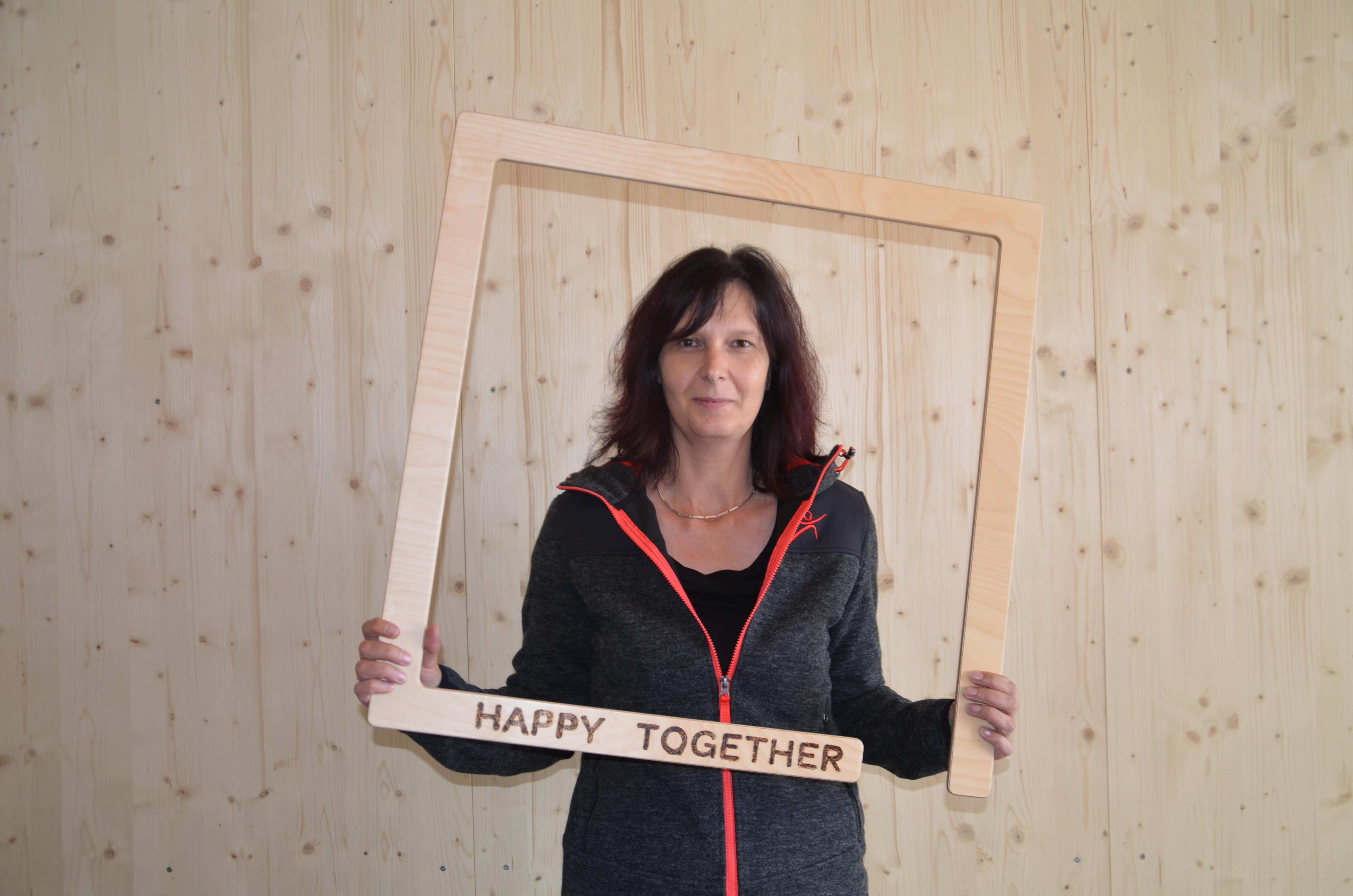 Auf diesem Bild sehen Sie Dagmar Pfleger, die Hotelleiterin vom JUFA Hotel Tieschen - Landerlebnis. JUFA Hotels bietet kinderfreundlichen und erlebnisreichen Urlaub für die ganze Familie.