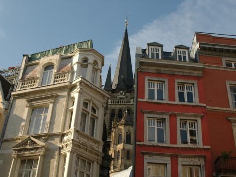 Domgasse in Aachen in Nordrhein-Westfalen im Sommer in der Nähe vom JUFA Hotel Jülich. Der Ort für kinderfreundlichen und erlebnisreichen Urlaub für die ganze Familie.