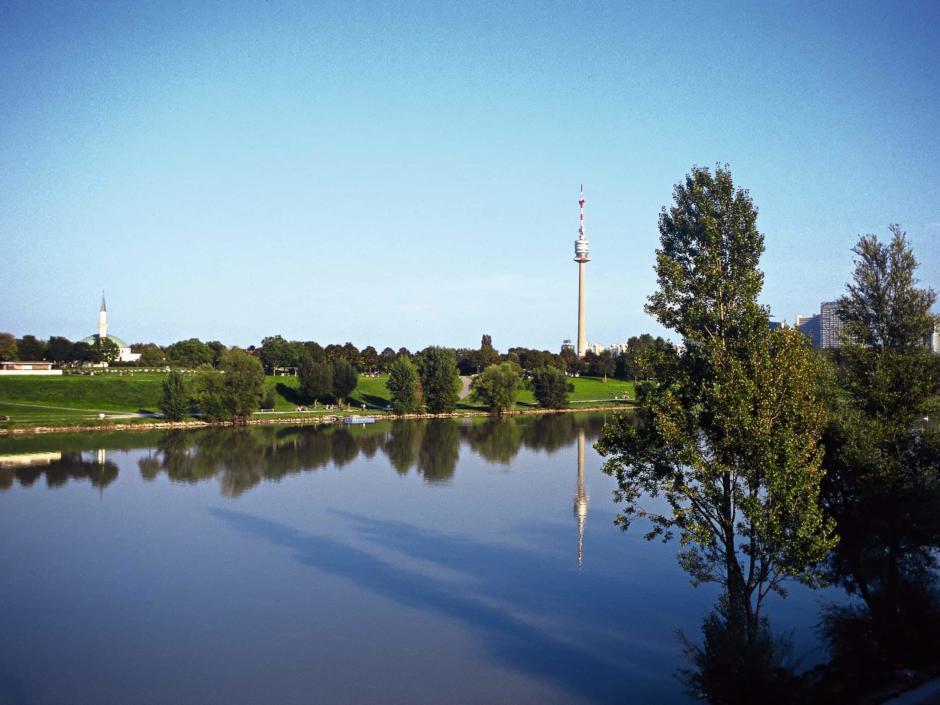 Donauturm auf dem Freizeitparadies Donauinsel in Wien im Sommer. JUFA Hotels bietet erlebnisreichen Städtetrip für die ganze Familie und den idealen Platz für Ihr Seminar.