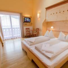 Doppelbett im Galeriezimmer xxlarge im JUFA Hotel Gitschtal Landerlebnis mit TV. Der Ort für kinderfreundlichen und erlebnisreichen Urlaub für die ganze Familie.