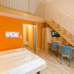 Doppelbett im Galeriezimmer large im JUFA Natur-Hotel Bruck mit TV. Der Ort für erfolgreiche und kreative Seminare in abwechslungsreichen Regionen.