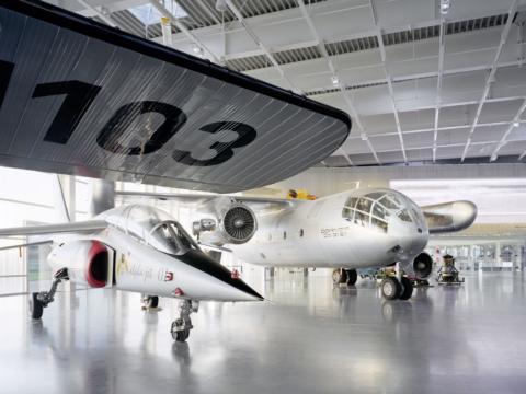 Sie sehen Flugzeuge im Dornier Museum in Friedichshafen.JUFA Hotels bieten erholsamen Familienurlaub und einen unvergesslichen Winter- und Wanderurlaub