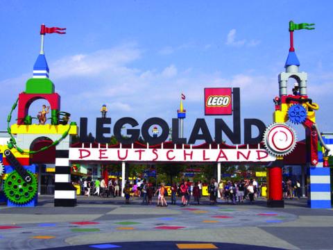 Eingang vom Legoland Deutschland in der Nähe von JUFA Hotels. Der Ort für kinderfreundlichen und erlebnisreichen Urlaub für die ganze Familie.