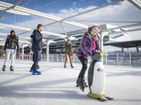 Kind lernt eislaufen mit einer Pinguin-Eislaufhilfe in der Nähe von JUFA Hotels. Der Ort für erholsamen Familienurlaub und einen unvergesslichen Winterurlaub.