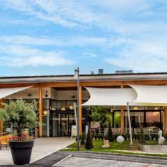 Aussenansicht von der Eismanufaktur und dem Eissalon Valentino mit Sonnenterrasse in der Nähe vom JUFA Hotel Deutschlandsberg - Sport-Resort.