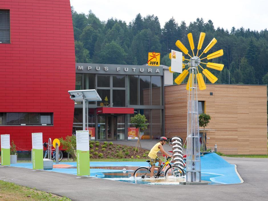 Energiepark und Outdoorspielbereich vor dem JUFA Hotel Bleiburg - Sport-Resort im Sommer. Der Ort für erholsamen Familienurlaub und einen unvergesslichen Winter- und Wanderurlaub.