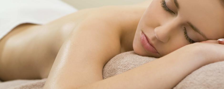 Energietanken bei einer Massage im Wellnessurlaub. JUFA Hotels bietet erholsamen Thermenspass für die ganze Familie.