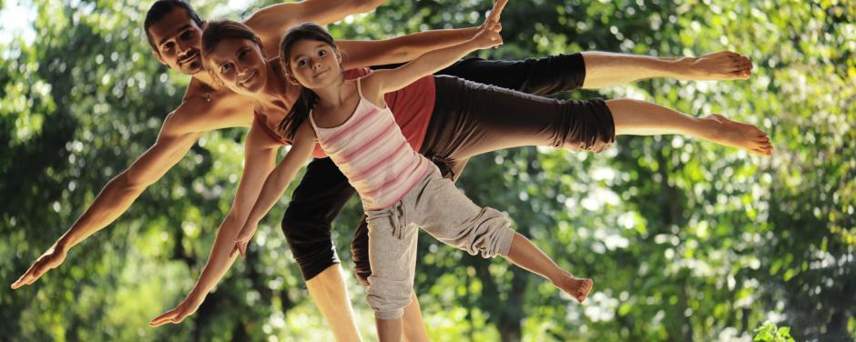 Familie macht Yoga-Übungen in der Natur im Sommer in der Nähe von JUFA Hotels. Der Ort für erholsamen Familienurlaub und einen unvergesslichen Winter- und Wanderurlaub.