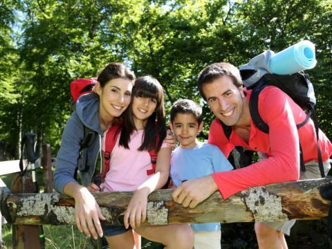 Familie macht eine Wanderpause und lehnt am Weidezaun. JUFA Hotels bietet erholsamen Familienurlaub und einen unvergesslichen Winter- und Wanderurlaub.