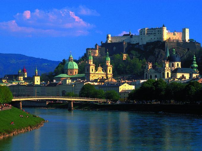 Altstadt Salzburg mit Festung Hohen Salzburg im Sommer. JUFA Hotels bietet erlebnisreichen Städtetrip für die ganze Familie und den idealen Platz für Ihr Seminar.