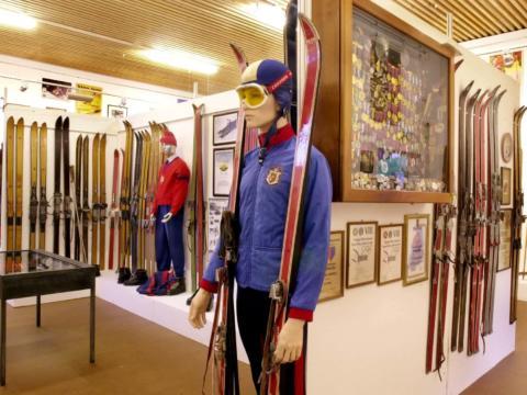 Ausstellungsraum im FIS-Ski- und Wintersportmuseum Vaduz in Liechtenstein. JUFA Hotels bietet kinderfreundlichen und erlebnisreichen Urlaub für die ganze Familie.