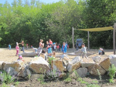 Kinder in der Sandbucht der Fossilienwelt Weinviertel. JUFA Hotels bietet kinderfreundlichen und erlebnisreichen Urlaub für die ganze Familie.