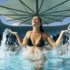 Frau badet in der Therme Laa. JUFA Hotels bietet kinderfreundlichen und erlebnisreichen Urlaub für die ganze Familie.
