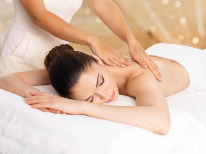 Frau entspannt bei einer Massage. JUFA Hotels bietet erholsamen Familienurlaub und einen unvergesslichen Winter- und Wanderurlaub.