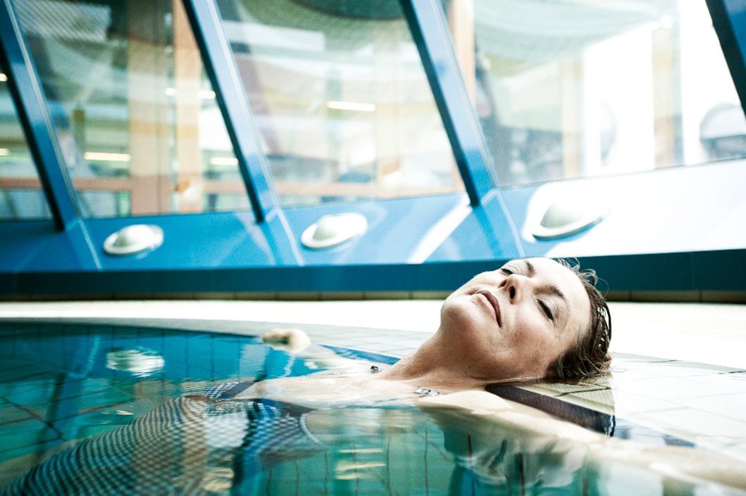 Frau relaxt in der Therme Loipersdorf.  JUFA Hotels bietet erholsamen Familienurlaub und einen unvergesslichen Winter- und Wanderurlaub.