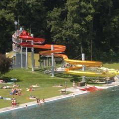 Wasserrutsche und große Liegewiese im Freibad Fürstenfeld in der Nähe vom JUFA Hotel Fürstenfeld - Sport-Resort. Der Ort für erfolgreiches Training in ungezwungener Atmosphäre für Vereine und Teams.