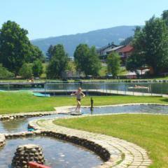 Freibad und Hallenbad in Murtal Spielberg im Sommer in der Nähe von JUFA Hotels. Der Ort für erholsamen Familienurlaub und einen unvergesslichen Winter- und Wanderurlaub.