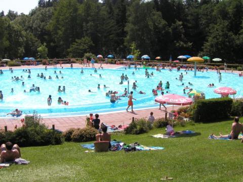 Menschen beim baden im Freibad Stefanshöhe in Wangen in der Nähe des JUFA Hotel Wangen - Sport-Resort. Der Ort für erholsamen Familienurlaub und einen unvergesslichen Winter- und Wanderurlaub.