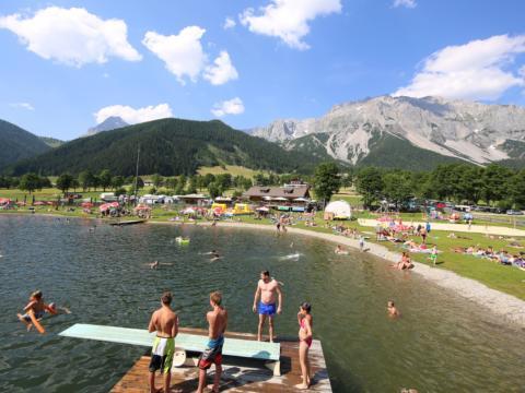 Badevergnügen am See im Freizeitpark Ramsau am Dachstein. JUFA Hotels bietet tollen Sommerurlaub an schönen Seen für die ganze Familie.